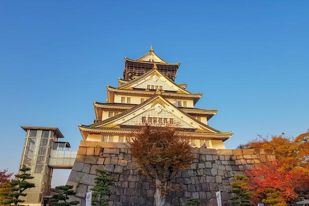 Castelo de osaka no outono no japão