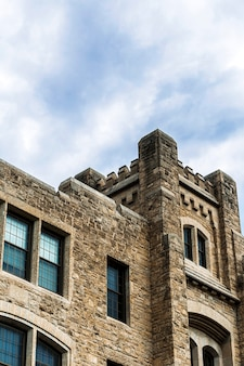 Castelo de pedra antigo de baixo ângulo