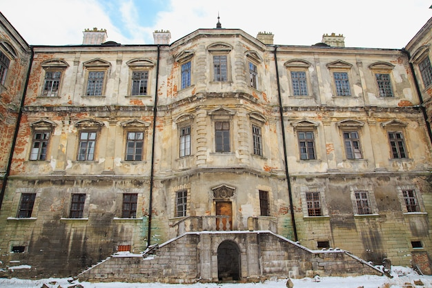 Castelo de pidhirtsi no inverno. região de lviv. vila podgortsy.