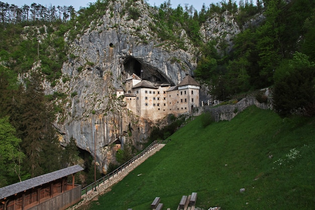 Castelo de postojna nas montanhas da eslovênia