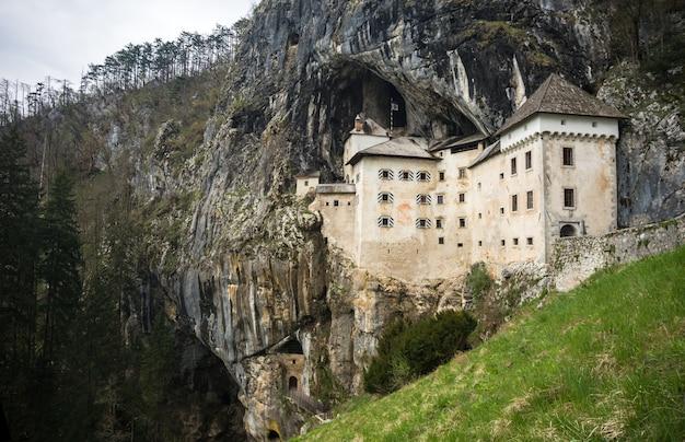 Castelo de predjama na caverna, eslovénia