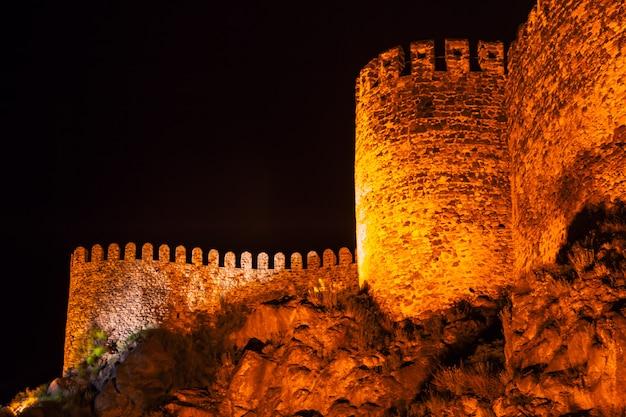Castelo de rabati à noite em akhaltsikhe