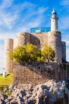 Castelo de santa ana ou castillo de santa ana e farol em castro urdiales, pequena cidade na região de cantábria no norte da espanha