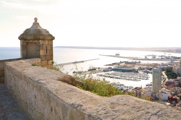 Castelo de santa bárbara com vista aérea panorâmica da famosa cidade turística de alicante na costa blanca, espanha