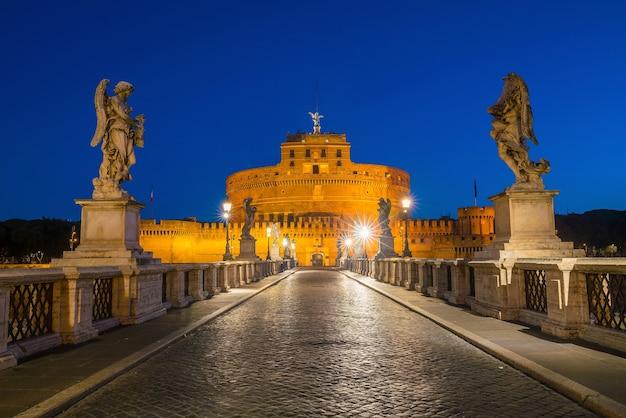 Castelo de santo anjo em roma, itália ao entardecer