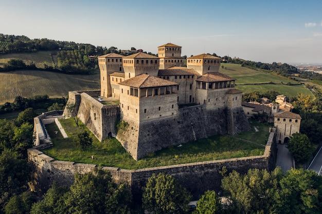 Castelo de torrechiara na itália. vista aérea