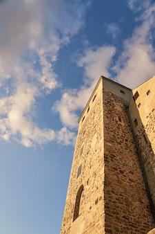 Castelo de turku contra o céu azul com nuvens brancas.