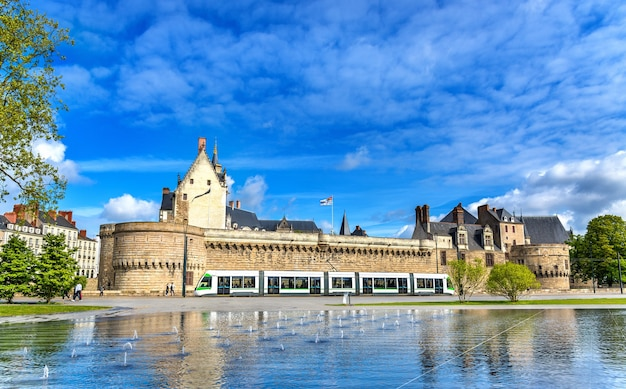 Castelo dos duques da bretanha e um bonde em nantes frança