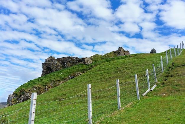 Castelo duntulm, o castelo em ruínas na costa norte de trotternish, na ilha de skye no verão, na escócia