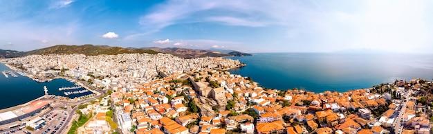 Castelo e cidade de kavala à beira-mar na grécia