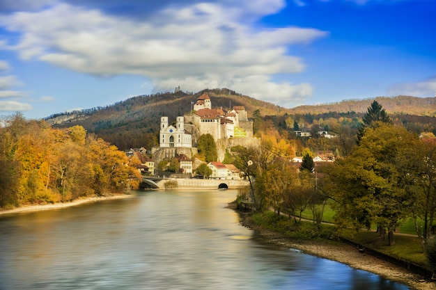 Castelo e rio na montanha suíça