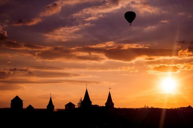 Castelo em kamianets podilskyi e balão de ar.