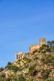 Castelo em ruínas no topo de uma montanha. castell de serra, castelo das serras, valência, espanha.