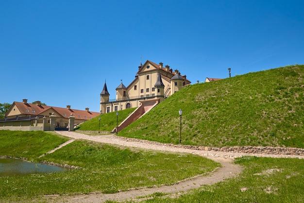 Castelo em um dia de verão com céu azul