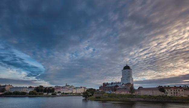 Castelo em vyborg, na rússia, com a torre st. olaf na costa do golfo da finlândia