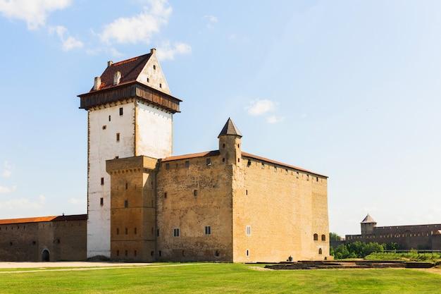 Castelo envelhecido na europa. edifício medieval.