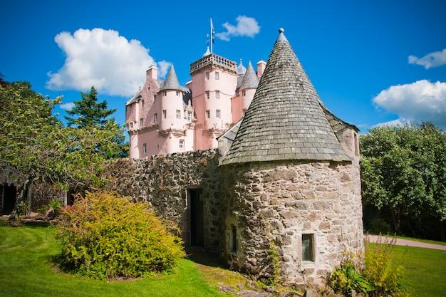 Castelo escocês bem preservado para turistas.