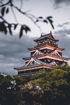 Castelo himeji em dia nublado