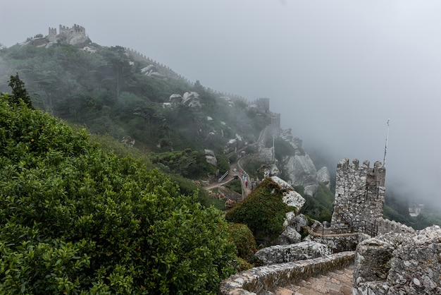 Castelo histórico dos mouros em sintra, portugal em um dia de nevoeiro