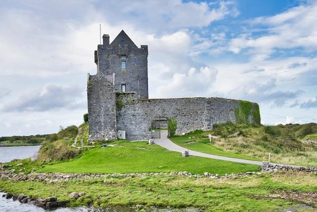 Castelo irlandês velho de dunguaire e céu nublado