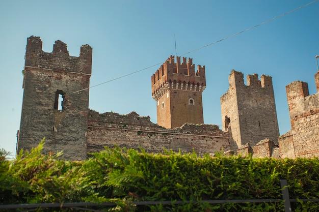 Castelo medieval de lazise na itália sob um céu azul