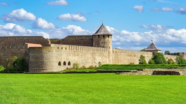 Castelo medieval de narva no lado russo da fronteira com a estônia.
