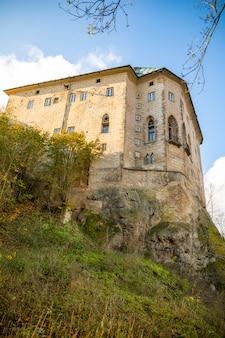 Castelo medieval houska no norte da boêmia no outono, república checa