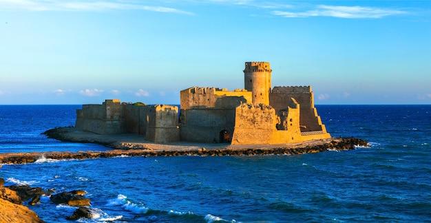 Castelo medieval no mar le castella, isola capo rizutto na calábria, itália