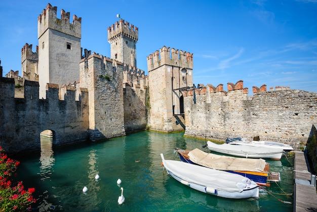 Castelo medieval scaliger na cidade velha de sirmione, no lago lago di garda, norte da itália