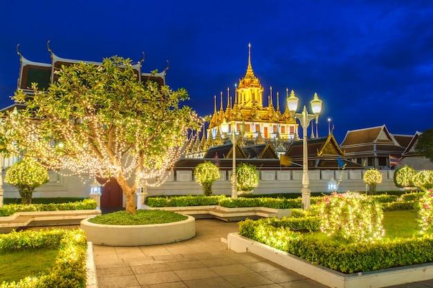 Castelo metálico deixou apenas em bangkok, na tailândia, no mundo, sob o céu da noite crepuscular