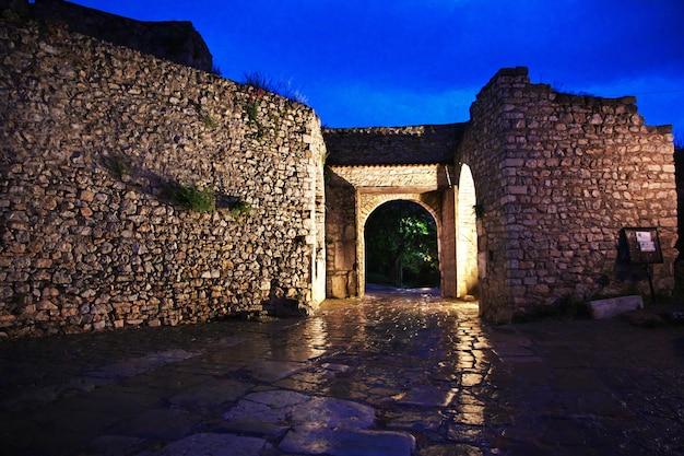 Castelo na cidade de orquídea, macedônia à noite