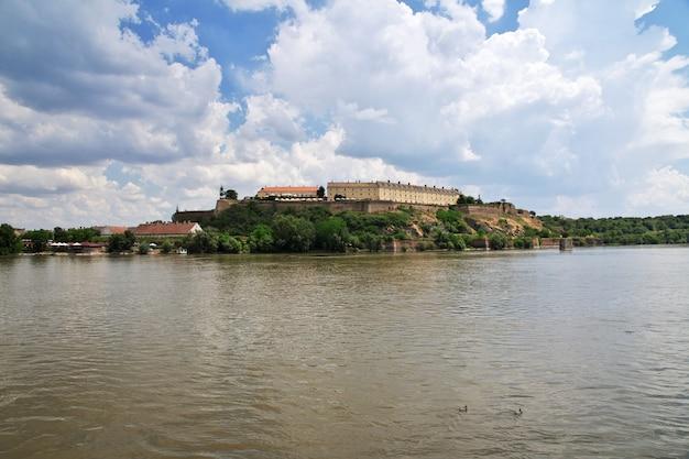Castelo na cidade triste de novi, sérvia