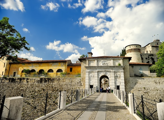 Castelo na colina chidneo (cidneo) no nordeste do centro histórico de brescia. itália