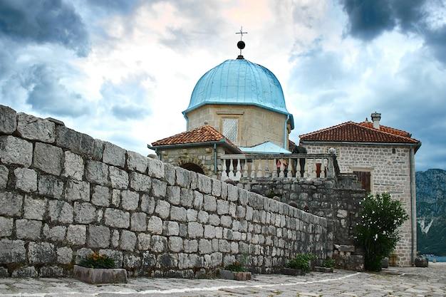 Castelo na ilha do lago em montenegro. europa. viagens.