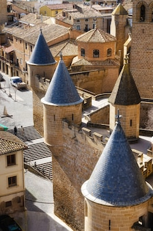 Castelo na vila medieval de olite em navarra, espanha.