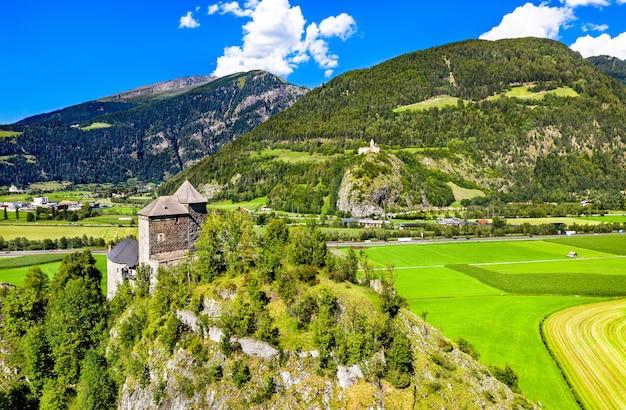Castelo reifenstein ou castel tasso e castelo sprechenstein no tirol do sul, itália