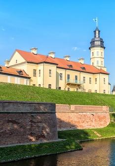 Castelo restaurado antigo com um fosso na cidade de nesvizh.