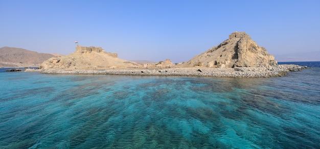Castelo salah el din na ilha farun, no golfo de aqabared seatabaegypt