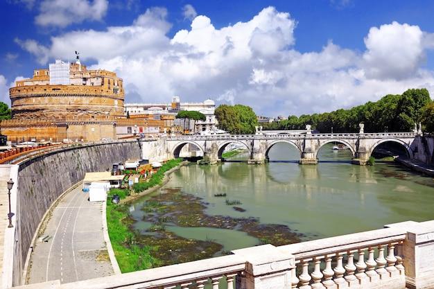 Castelo sant angelo e ponte sobre o tibre, roma, itália.