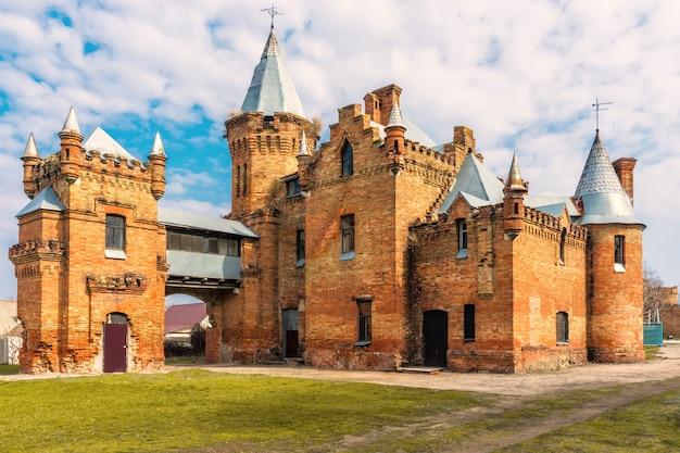 Castelo velho antigo arruinado bonito, céu nublado