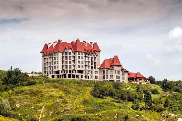 Castelo velho no topo de uma montanha