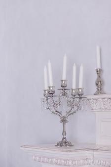 Castiçais retrô com velas