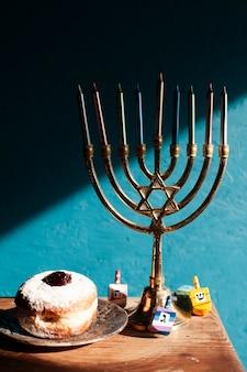 Castiçal de hanukkah com rosquinhas