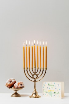 Castiçal de hanukkah festivo com doces