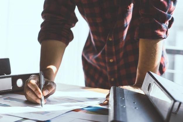 Casual business creative start up proprietário mão escrevendo em um notebook