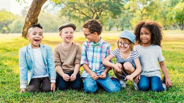 Casual crianças alegres amigos fofos crianças alegria conceito