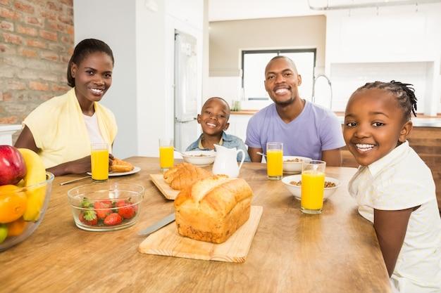 Casual família feliz tomando café da manhã