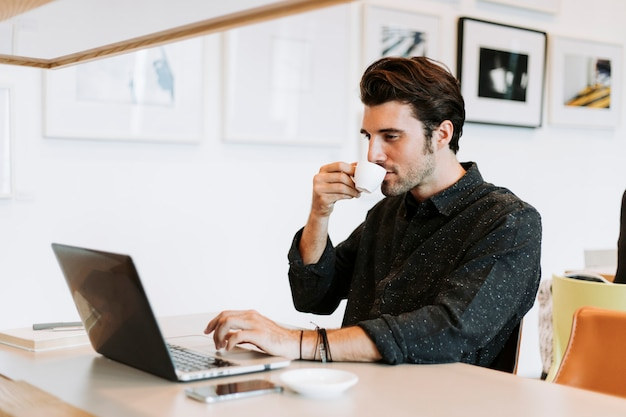 Casual homem trabalhando em um café