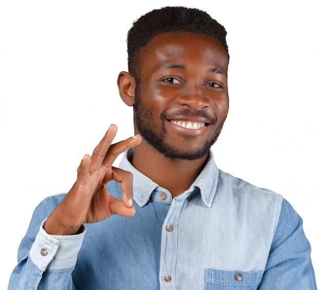 Casual jovem homem africano sorrindo isolado no branco