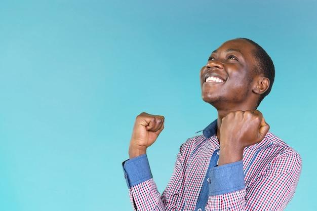 Casual jovem homem africano